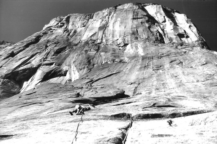 RR-ROBBINS-VENTURES-UP-onto-a-virgin-El-Cap,-pitch-5,-the-Salathe-Wall,-El-Capitan,-Yosemite-Valley,-California.--First-ascent-by-Royal-Robbins,-Chuck-Pratt,-and-Tom-Frost,-September-1961